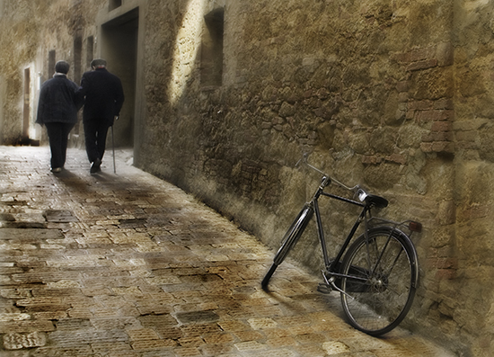 Robert Copeland photograph of an old couple and bicycle in Tuscany.© Robert Copeland